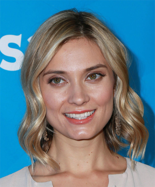 Spencer Grammer Medium Wavy Casual Bob Hairstyle - Medium Blonde Hair Color