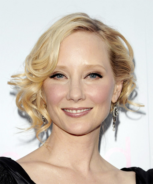 Anne Heche Short Wavy Hairstyle