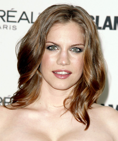 Anna Chlumsky Long Wavy Hairstyle