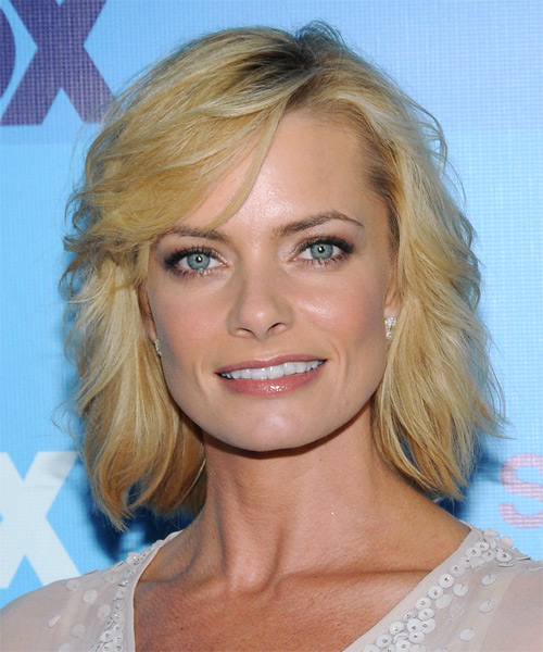 Jamie Pressly Short Wavy Casual Hairstyle with Side Swept Bangs - Medium Blonde Hair Color