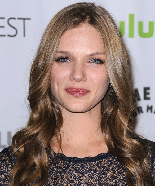Tracy Spiridakos Long Wavy Casual Hairstyle