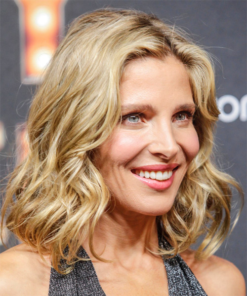 Elsa Pataky Medium Wavy Formal Bob Hairstyle - Medium Blonde (Champagne) - side view