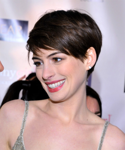 anne hathaway short straight casual hairstyle with side swept bangs. Black Bedroom Furniture Sets. Home Design Ideas