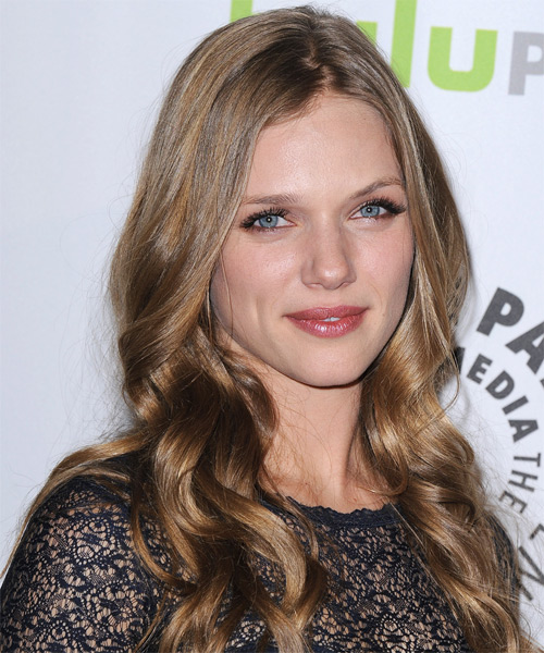 Tracy Spiridakos Long Wavy Hairstyle - side view 1