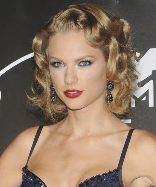 Taylor Swift Medium Wavy Hairstyle - side view