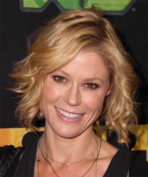 Julie Bowen Short Wavy Casual    Hairstyle   - Dark Golden Blonde Hair Color