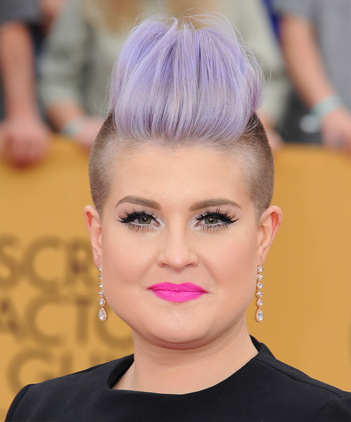 Kelly Osbourne Short Straight Hairstyle for Round Face Shapes.