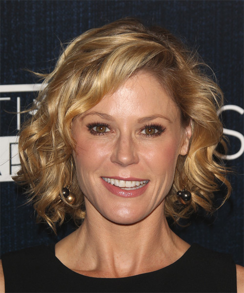 Julie Bowen Medium Wavy   Dark Blonde   Hairstyle