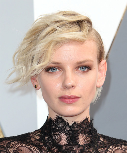 Dorith Mous Short Wavy Alternative   Hairstyle with Side Swept Bangs  - Light Blonde (Champagne)