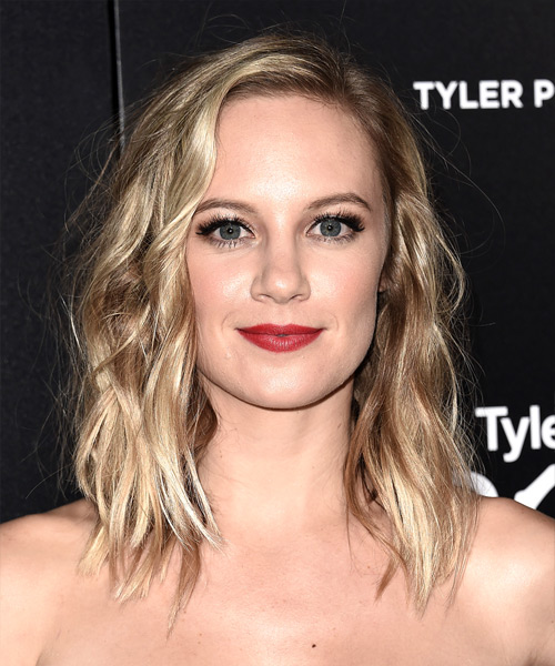 Danielle Savre Medium Wavy Casual  Bob  Hairstyle   - Medium Champagne Blonde Hair Color