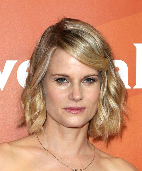 Joelle Carter Medium Wavy Casual Bob  Hairstyle   - Light Blonde