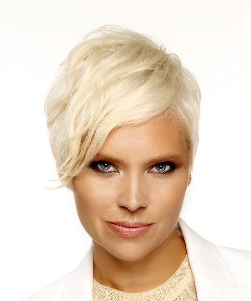 Short Straight Casual Pixie  Hairstyle with Side Swept Bangs  - Light Blonde (Platinum)
