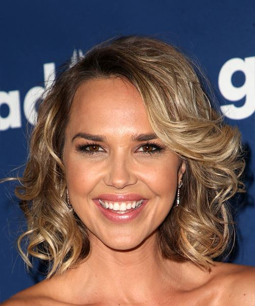 Arielle Kebbel Short Wavy Casual   Hairstyle with Side Swept Bangs  - Medium Blonde
