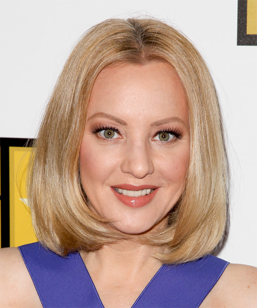 Wendi McLendon Covey Medium Straight    Golden Blonde Bob  Haircut