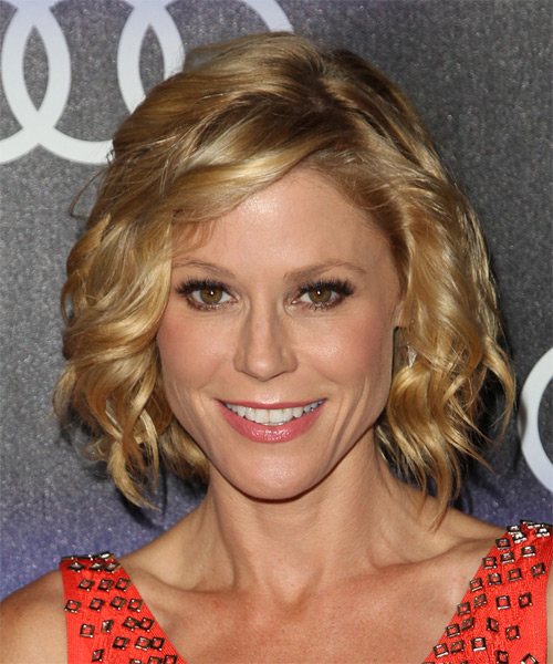 Julie Bowen Medium Wavy    Golden Blonde   Hairstyle with Side Swept Bangs