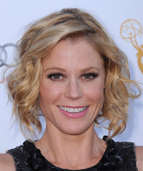 Julie Bowen Medium Wavy Casual    Hairstyle   - Light Honey Blonde Hair Color