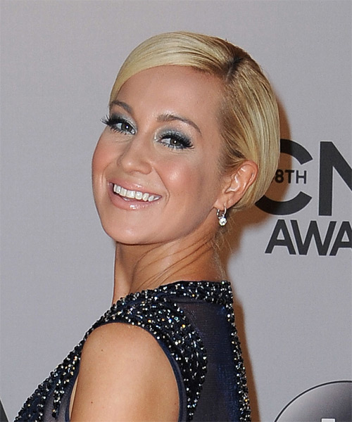 Kellie Pickler Short Straight    Golden Blonde   Hairstyle   - Side on View