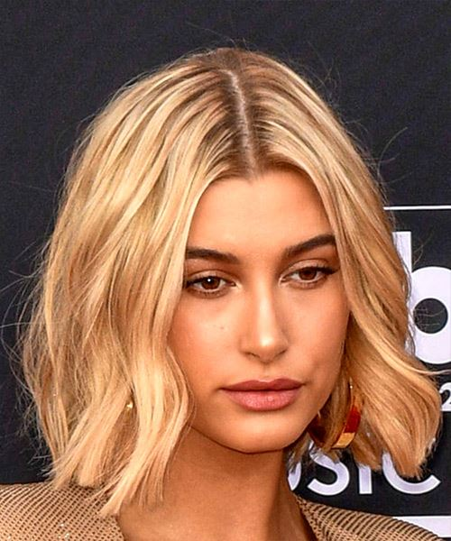Hailey Baldwin Medium Wavy   Light Blonde Bob  Haircut   - Side on View