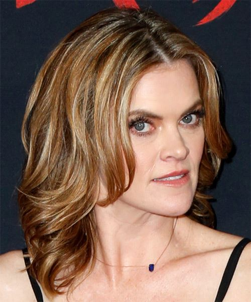 Missi Pyle Medium Wavy    Blonde   Hairstyle   with Light Blonde Highlights - Side on View