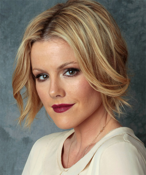 Kathleen Robertson Medium Straight Layered  Dark Golden Blonde Bob  Haircut   with Light Blonde Highlights - Side on View
