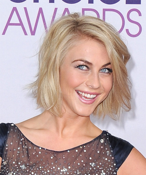 Julianne Hough Short Straight Casual    Hairstyle   - Medium Honey Blonde Hair Color with Light Blonde Highlights - Side on View