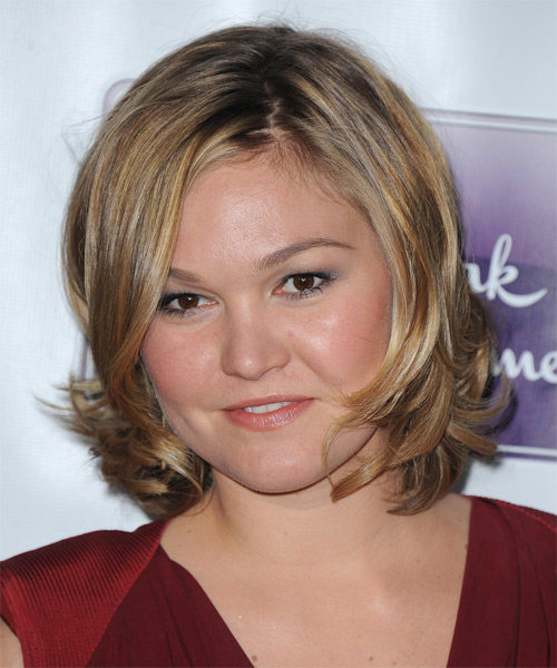 Julia Stiles Short Straight Casual    Hairstyle   - Dark Blonde Hair Color with Medium Blonde Highlights - Side on View