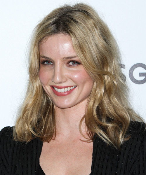 Annabelle Wallis Medium Straight Casual   Hairstyle   - Side on View