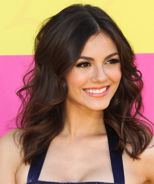 Victoria Justice Medium Wavy Casual   Hairstyle   - Side on View