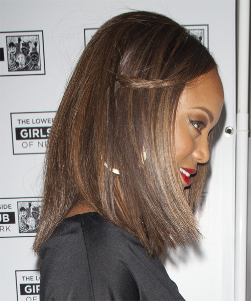 Tyra Banks Medium Straight Casual    Hairstyle   - Medium Chocolate Brunette Hair Color with Dark Blonde Highlights - Side on View