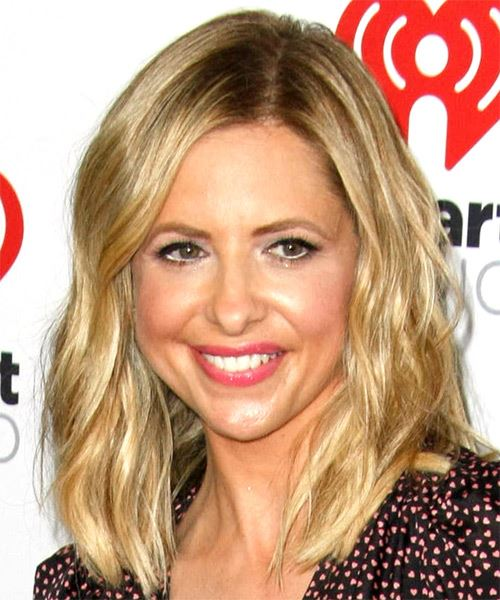 Sarah Michelle Gellar Medium Wavy    Blonde   Hairstyle with Side Swept Bangs  and Light Blonde Highlights - Side View