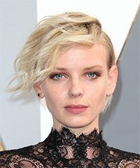 Dorith Mous Short Wavy Alternative    Hairstyle with Side Swept Bangs  - Light Champagne Blonde Hair Color